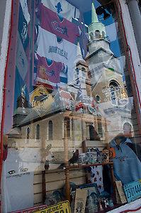 reflets dans vitrine de boutique souvenirs du Vieux-Montréal